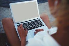 Fotos femeninas de la visión en el red-libro mientras que se sienta al aire libre durante tiempo de la reconstrucción Imagenes de archivo
