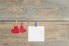 fotos imediatas vazias que penduram na corda com coração vermelho Fotos de Stock