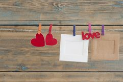 fotos imediatas vazias que penduram na corda com coração vermelho Foto de Stock Royalty Free