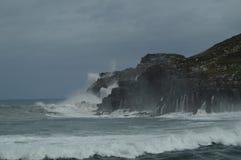 Fotos maravillosas admitidas el puerto de Lekeitio de Huracan Hugo Breaking Its Waves Against el puerto y las rocas del lugar foto de archivo