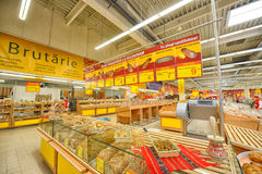 Fotos na grande inauguração de Auchan do hipermercado em Galati, Romênia imagens de stock