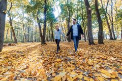 Fotos naturales de un par feliz en el amor que tiene exterior de la diversión en un día soleado del otoño Concepto de la unidad y imagenes de archivo