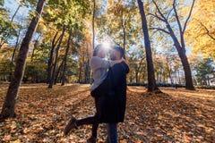 Fotos naturales de un par feliz en el amor que tiene exterior de la diversión en un día soleado del otoño Concepto de la unidad y imagen de archivo libre de regalías