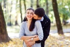 Fotos naturales de un par feliz en el amor que tiene exterior de la diversi?n en un d?a soleado del oto?o Concepto de la unidad y fotos de archivo