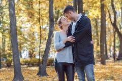 Fotos naturales de un par feliz en el amor que tiene exterior de la diversi?n en un d?a soleado del oto?o Concepto de la unidad y fotografía de archivo libre de regalías