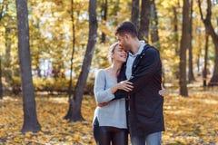 Fotos naturales de un par feliz en el amor que tiene exterior de la diversi?n en un d?a soleado del oto?o Concepto de la unidad y imagen de archivo libre de regalías