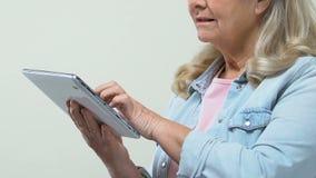 Fotos pensativas da tabuleta do desdobramento da avó, app surfando da Web, redes sociais video estoque
