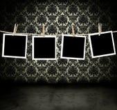 Fotos que cuelgan en un cuarto oscuro Imagen de archivo