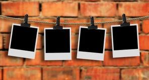 Fotos que penduram em uma linha de roupa Fotos de Stock