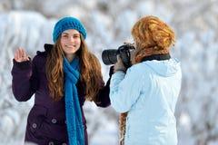 Fotos que toman al aire libre de las mujeres jovenes Foto de archivo libre de regalías