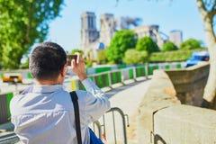Fotos que toman turísticas de la catedral de Notre Dame sin el tejado y el chapitel fotos de archivo libres de regalías