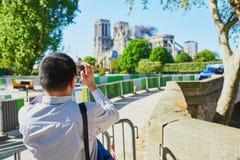Fotos que toman tur?sticas de la catedral de Notre Dame sin el tejado y el chapitel fotos de archivo