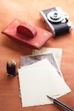 Fotos, tinta del vintage, pluma, papel secante y cámara retros Imagen de archivo