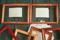 Fotos viejas con un marco de madera en un fondo auténtico Fotografía de archivo libre de regalías