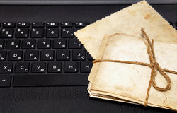 Fotos viejas en un teclado del ordenador portátil Fotografía de archivo libre de regalías