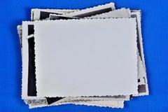 Fotos viejas en una pila, en un fondo azul creativo, marco para el diseño Fotos memorables y de familia que son agradables de ver fotografía de archivo libre de regalías