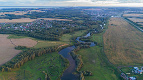 Fotos von einer Höhe Brummenflug über dem Fluss schöne kleine Inseln Die Regelung nahe dem Fluss Stockbild