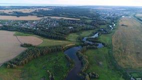 Fotos von einer Höhe Brummenflug über dem Fluss schöne kleine Inseln Die Regelung nahe dem Fluss Stockfotos