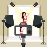 Fotosession im Studiomädchentrieb hinter Kameraausrüstungsröhrenblitz-Hintergrundbeleuchtung Stockfotos