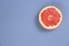 Fotosoorten pop-art Grapefruit op een blauwe achtergrond royalty-vrije stock afbeelding