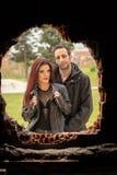 Fotospruit voor een paar redheaded vrouwen en bruine mannen stock afbeelding