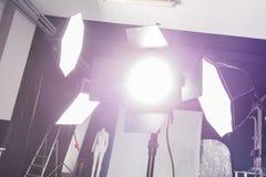 Fotostudio med yrkesmässig belysningsutrustning royaltyfri foto