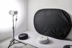 Fotostudio met flits lichte en zwarte reflector Royalty-vrije Stock Foto
