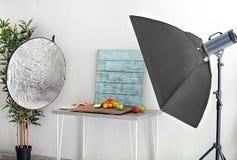Fotostudio met professioneel verlichtingsmateriaal stock afbeelding