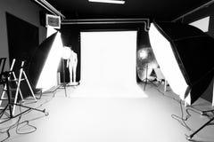 Fotostudioinre med belysningsutrustning Royaltyfri Fotografi