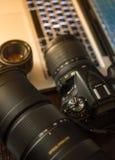 Fototoestel op werkende plaats, camera en lenzen Stock Afbeelding