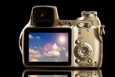 Fotovideocamera met Cloudscape op Vertoning stock afbeelding