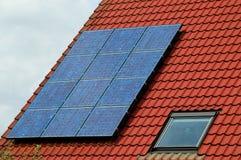 Fotovoltaico sulle mattonelle di tetto fotografia stock