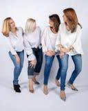 Fotozitting voor 4 vrouwelijke vrienden royalty-vrije stock afbeeldingen
