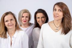Fotozitting voor 4 vrouwelijke vrienden royalty-vrije stock foto