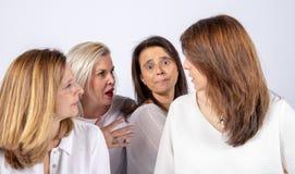 Fotozitting voor 4 vrouwelijke vrienden stock afbeelding