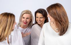 Fotozitting voor 4 vrouwelijke vrienden stock foto
