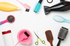 Fotozubehör Friseur, Haartrockner, Kamm, Haarbänder lokalisiert auf weißem Hintergrund Stockbilder