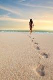Fotspår av en kvinna på stranden Royaltyfri Bild