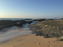 Fotspår - Cavaleiros strand, Macae, RJ arkivbild