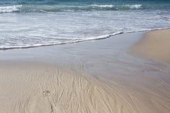 Fotspår för öken för sand för hav för blå himmel för sommarsol arkivbilder