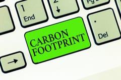 Fotspår för kol för handskrifttexthandstil Begreppsbetydelsebelopp av utsläppt atmosfärresultat för dioxid av aktiviteter fotografering för bildbyråer