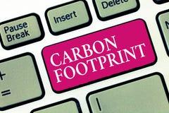 Fotspår för kol för textteckenvisning Begreppsmässigt fotobelopp av utsläppt atmosfärresultat för dioxid av aktiviteter arkivfoto