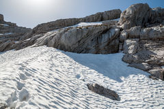Fotspår i det insnöat bergen Arkivfoton
