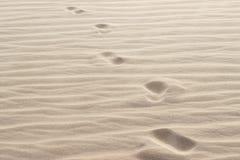 Fotspår i sand Arkivbilder