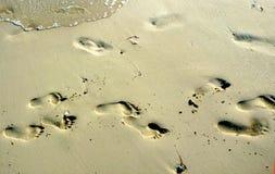 Fotspår i sanden arkivbild