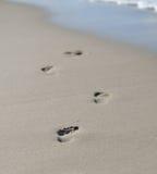 Fotspår i sanden arkivfoton