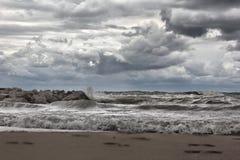 Fotspår i sanden och de stora vågorna på Lake Michigan royaltyfria foton