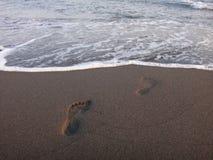 Fotspår i sanden på stranden Royaltyfri Foto