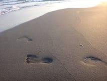 Fotspår i sanden på stranden Royaltyfri Fotografi