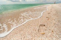 Fotspår i sanden på stranden Arkivfoton
